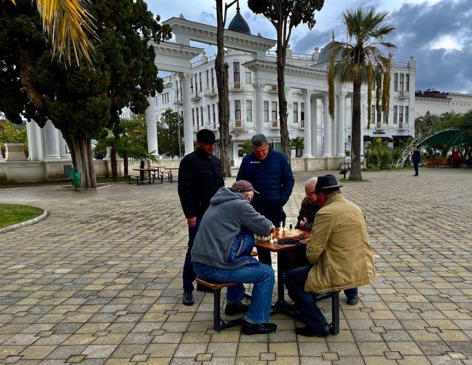 Местные жители проводят много времени за нардами.