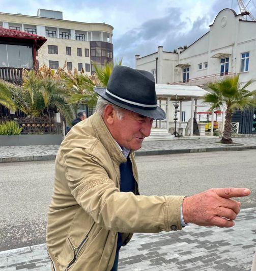 Местные жители с радостью рассказывают туристам об истории Сухума.