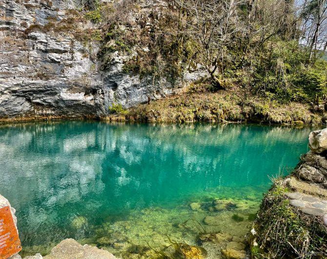 Голубое озеро в Абхазии.