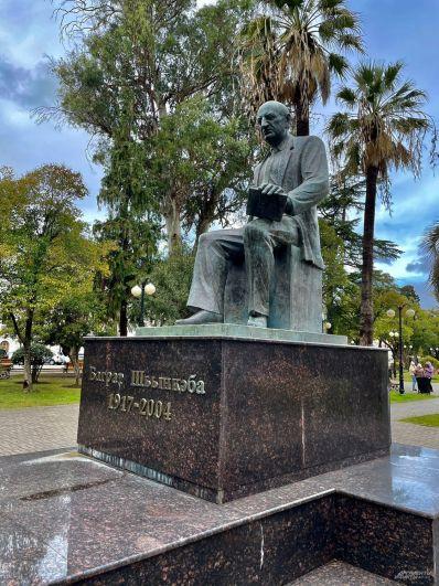 Памятник народному поэту Абхазии Баграту Шинкуба.