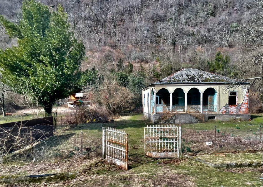 После войны с Грузией в Абхазии пока еще много полуразрушенных зданий.