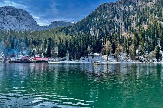 Озеро Рица в горах Абхазии.