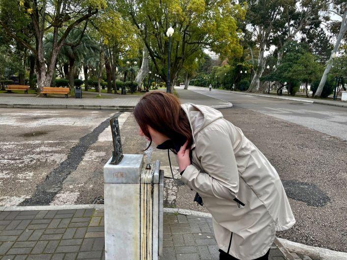 Питьевой фонтанчик на площади в Сухуме.