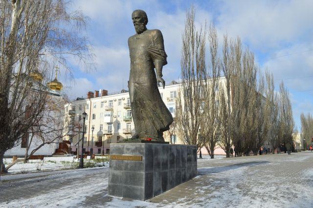 Достоевский в бронзе в центре Омска.