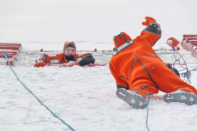 Навыки спасения провалившихся под лёд сотрудники ПАСС СК отрабатывают на учениях