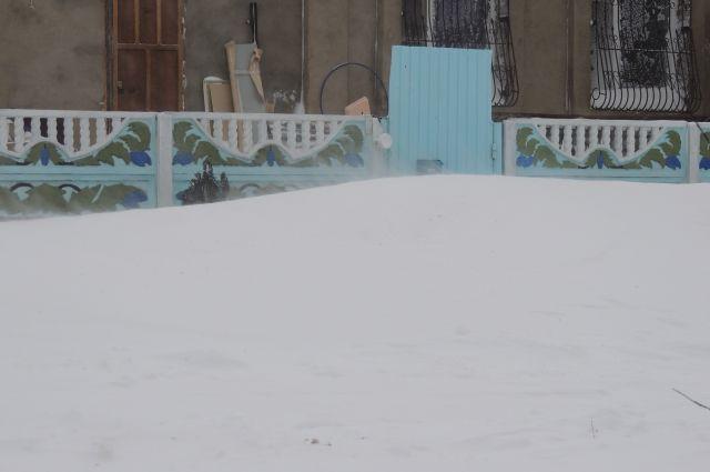 В администрации Орска опровергли информацию о пропуске уроков детьми из заметенного снегом поселка Строитель.