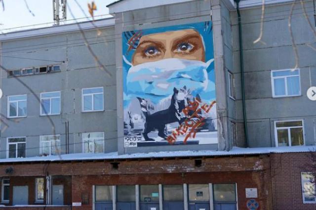 Панно разместили над главным входом в Областную инфекционную больницу на высоте 12 метров.