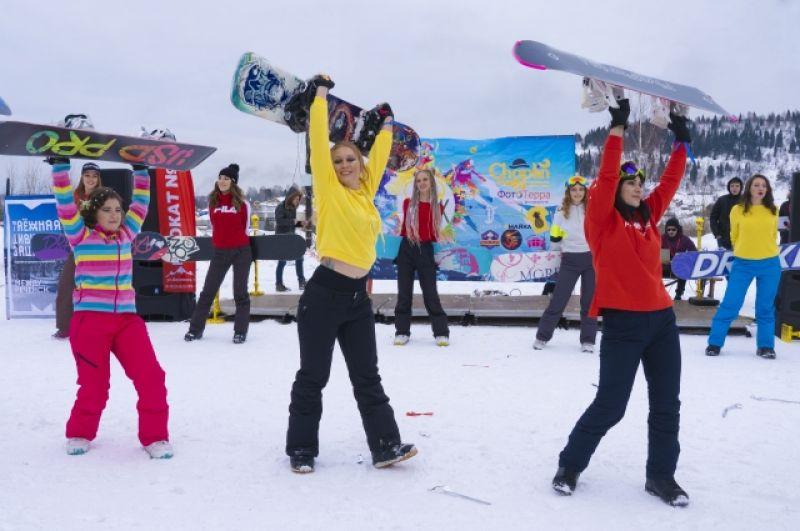 Красавицы дефилировали не в туфлях по подиуму, а в горнолыжных ботинках по снегу.
