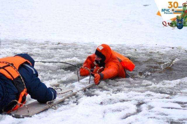 Тюменцам объяснили, как спасти провалившегося под лед и спастись самому