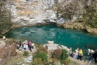 Летом к горному Голубому озеру из-за потока туристов не пройти, но весной можно насладиться видом сполна.