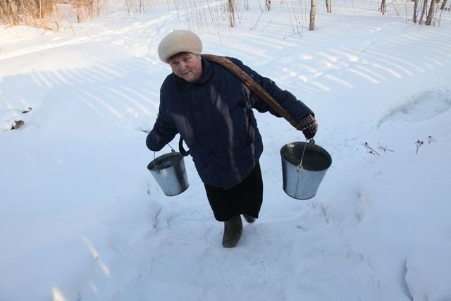 В наши дни многие сельские жители за водой ходят на колонку или родник.