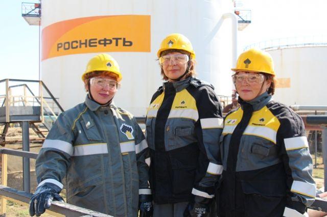 Надия Михайлюкова, Наиля Науменко и Гульнара Емко трудятся в бригаде по обслуживанию резервуарного парка ЦППН-1.