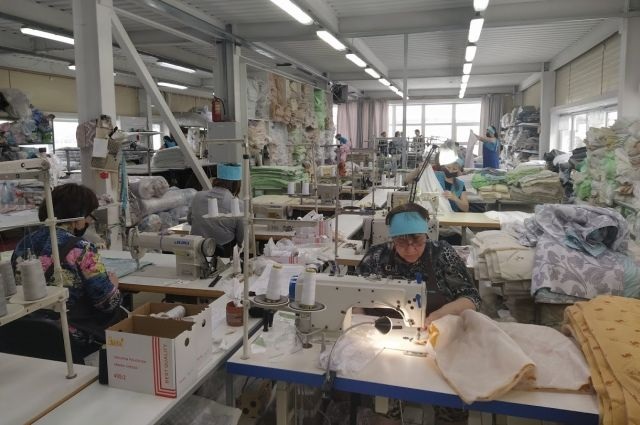 На швейной фабрике смогли сохранить коллектив благодаря субсидии из краевого бюджета.