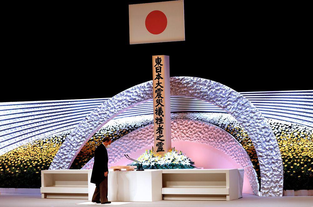 Премьер-министр Японии Ёсихидэ Суга перед алтарем на поминальной службе в 10-ю годовщину катастрофы.