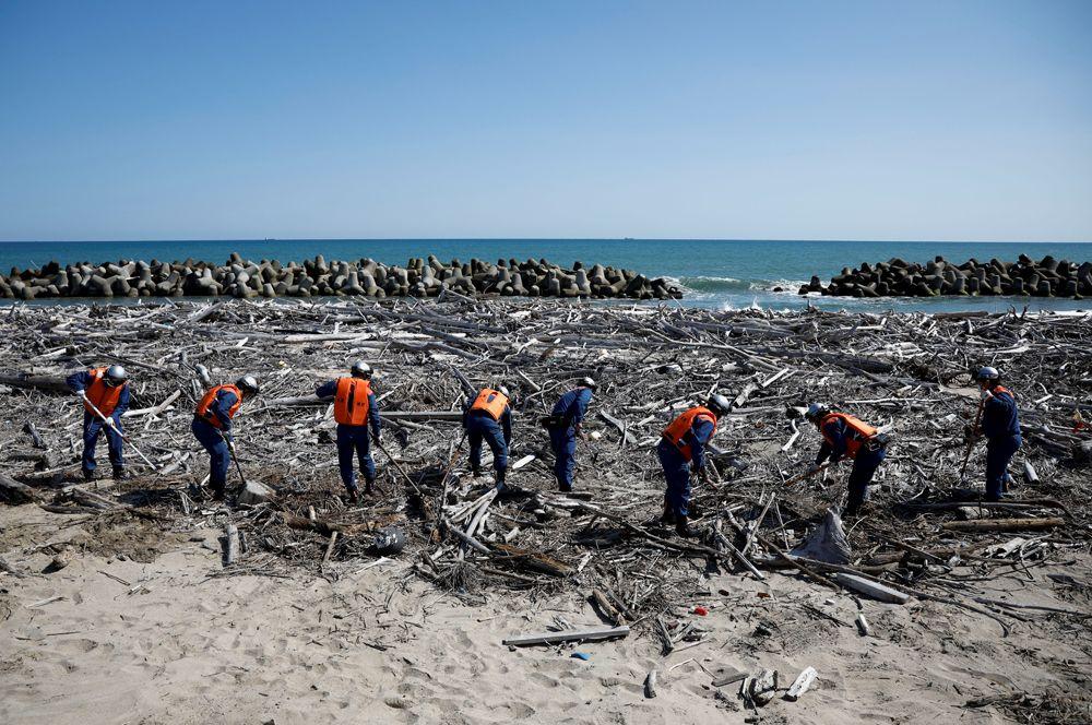 Пожарные ищут останки людей, пропавших без вести после землетрясения и цунами 2011 года, в результате которых произошла самая страшная ядерная авария со времен Чернобыля.