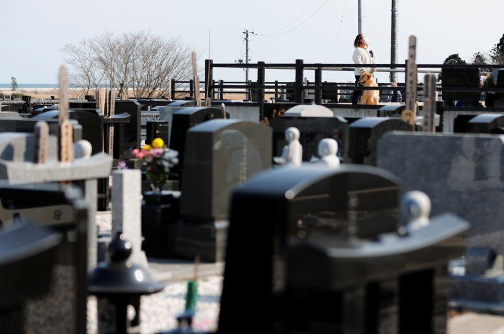 Харуи Мотои, чьи родители и младший брат умерли в 2011 году, посетил их могилу на 10-ю годовщину катастрофы на Фукусиме.