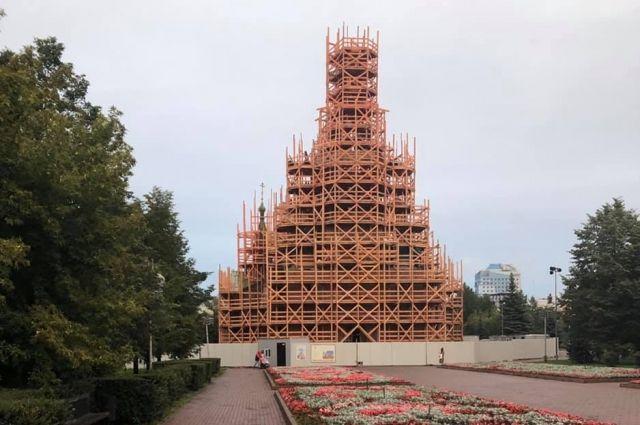 Строительные леса превратили храм на Алом поле в арт-объект.