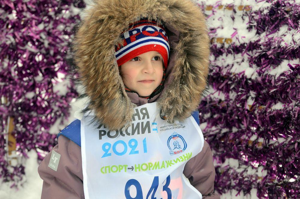Соня Мельчакова, поддерживаемая мамой, с улыбкой заканчивала лыжный бег: «Я уже в подготовительную группу хожу в детском саду. И хочу побеждать!»