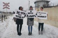 Жительницы Берд вышли на пикет к зданию маслозавода.