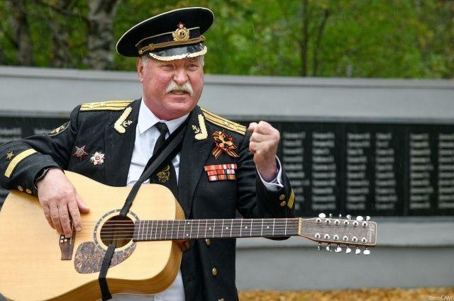 Андрей Бобров часто на концертах выступал в офицерской форме. Это был не столько образ, сколько его внутренняя суть.