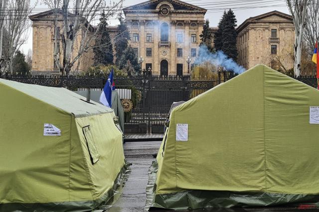 Лагерь протеста против Пашиняна на проспекте Баграмяна.
