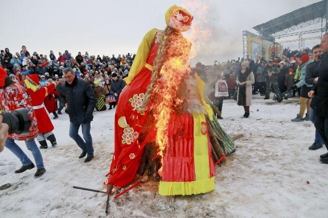 Обычно чучело сжигают во время массовых гуляний при большом скоплении людей.