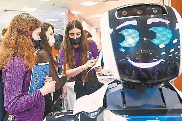 уда пойти учиться? Ответить на этот вопрос поможет робот- консультант. На фото: будущие абитуриенты на образовательной выставке «Навигатор поступления» в Центре международной торговли.