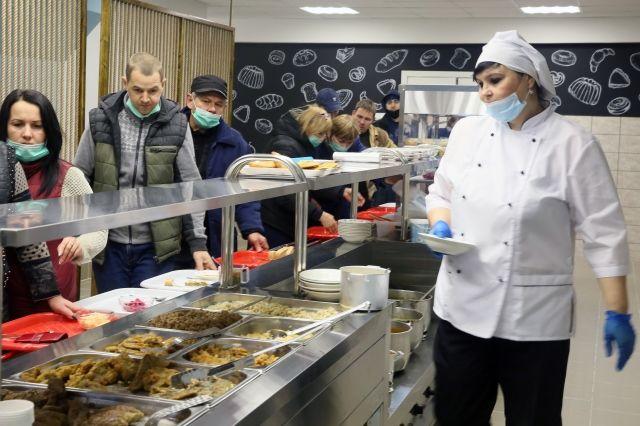 Рабочий полдень в столовой завода сварных конструкций ПАО «Курганмашзавод»