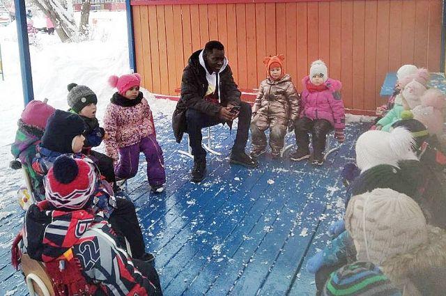 Кондэ Абубакир Сидики преподаёт детям французский язык.