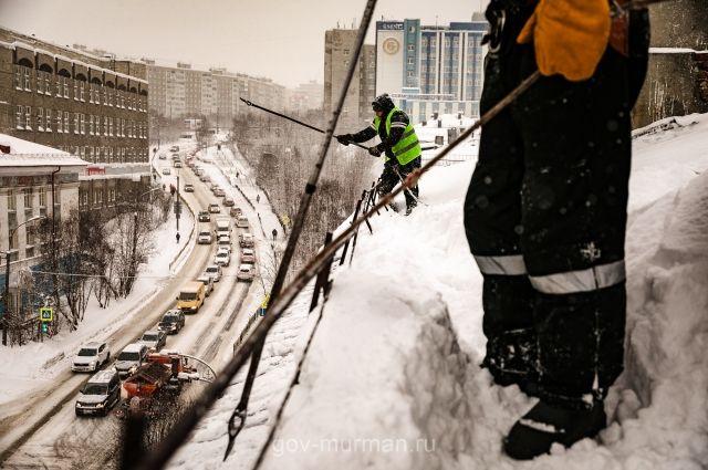 Жители домов уверены: во время очистки крыш от снега рабочие нарушают целостность кровли.