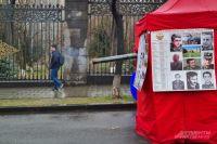 Палатка со снимками и списками погибших в Карабахе, такие сейчас вывешивают везде.