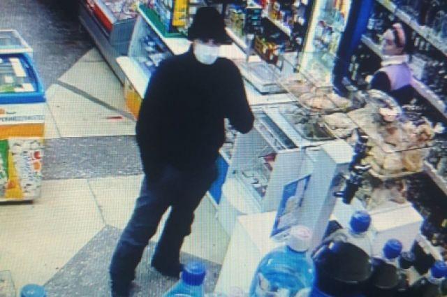 26-летний житель Новосибирска, угрожая продавцу ножом, ограбил продуктовый магазин в Кировском районе Новосибирска. Подозреваемый забрал из кассы 40 тысяч рублей.