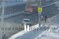 Мужчина набрал полный ковш снега и опрокинул его на горящую машину.