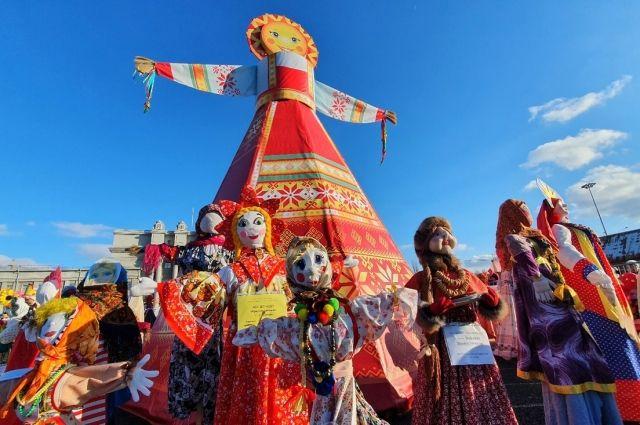 Сургутянам на центральной площади предлагают отведать блинов с горячими напитками
