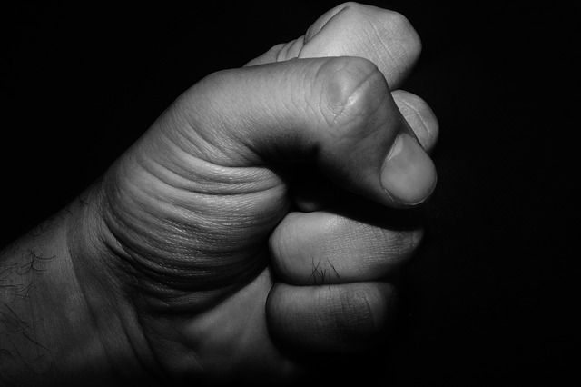 В Правдинске мужчина избил сожительницу рулоном обоев