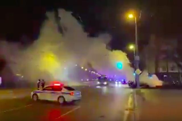 На Ленинском проспекте автомобиль врезался в дерево, уходя от погони