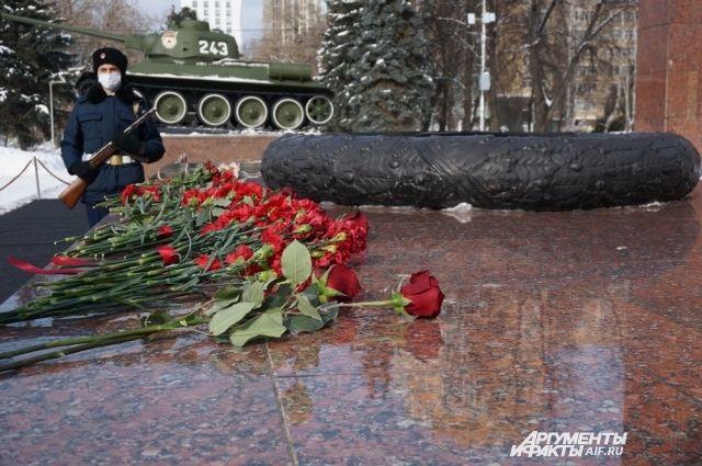 11 марта к мемориалу возложили цветы в честь Дня народного подвига по формированию Уральского добровольческого танкового корпуса (УДТК).