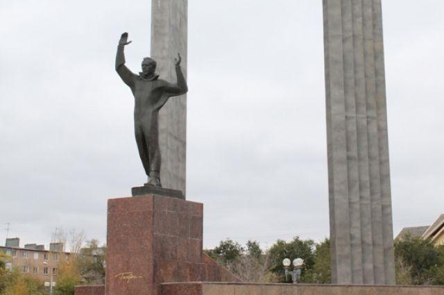 В Оренбурге памятник Юрию Гагарину и ротонду в сквере Ленина отремонтируют за 7,6 млн рублей.