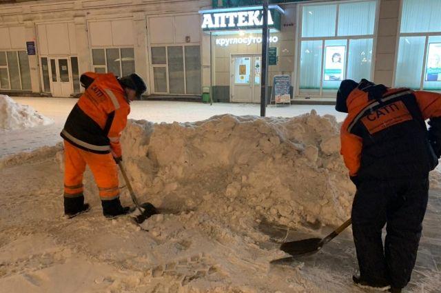 За прошедшие выходные управляющие компании убрали 4000 кубометров снежной массы с дворовых территорий.
