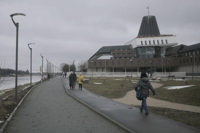 Многочисленные фонари у пока еще не сданного кампуса ПсковГУ все еще не горят.