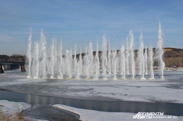 Перед ледоходом на кузбасских реках взрывают лёд.