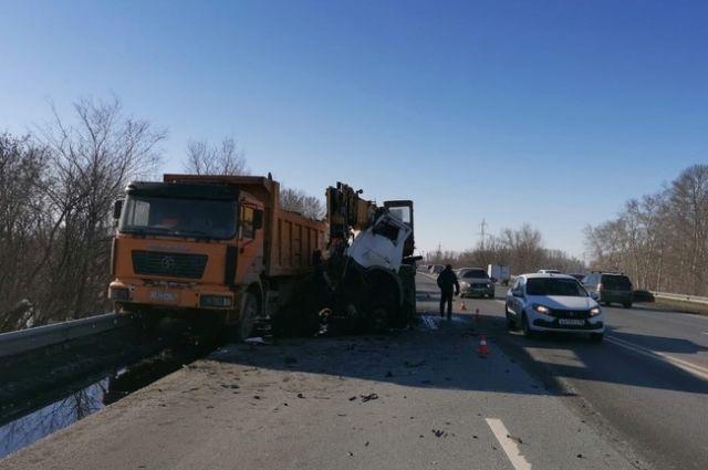 Водитель «МАЗа» пострадал в столкновении большегрузов под Оренбургом .