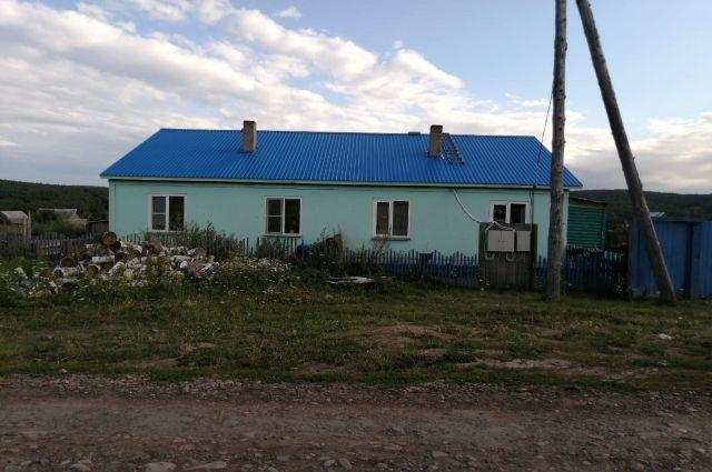 Внешне дом выглядит нормально, но жить в нем зимой невозможно.