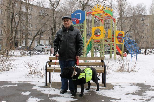 Лабрадор Байра помогает незрячему воронежцу ходить по улицам.