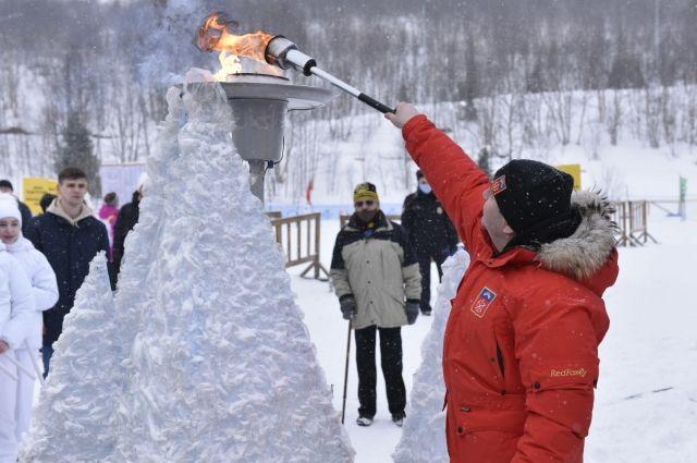В прежние годы почётное право зажечь огонь Праздника Севера всегда предоставлялось спортсмену.
