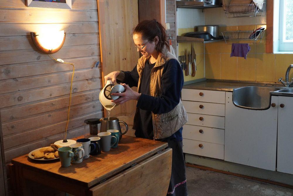 В перерывах между работой жители деревни дружно пьют чай.
