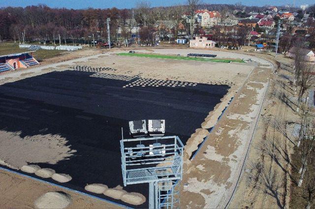 На стадионе в Балтийске укладывают новое покрытие