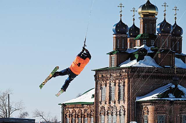 На соревнования по сноукайтингу в Усолье приехали сильнейшие спортсмены России.