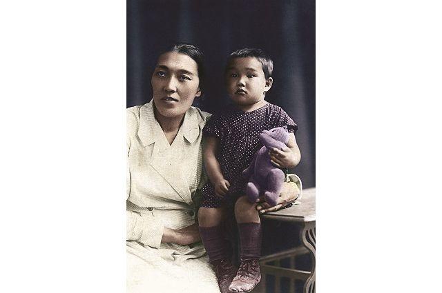 Нагима Арыкова с дочерью Римой. Ей 3 года (1935 г.).