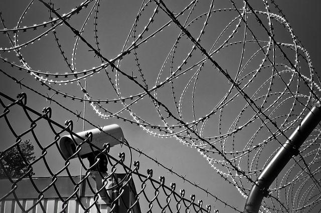 В Оренбурге сотрудник ИК №8 подозревается в получении взятки за пронос на территорию колонии мобильного телефона.